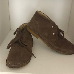 2e90c9284563 NATURINO Boys Chukka boots. Classic brown suede.